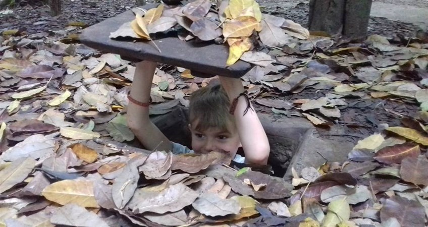 family tour in vietnam cu chi tunnels