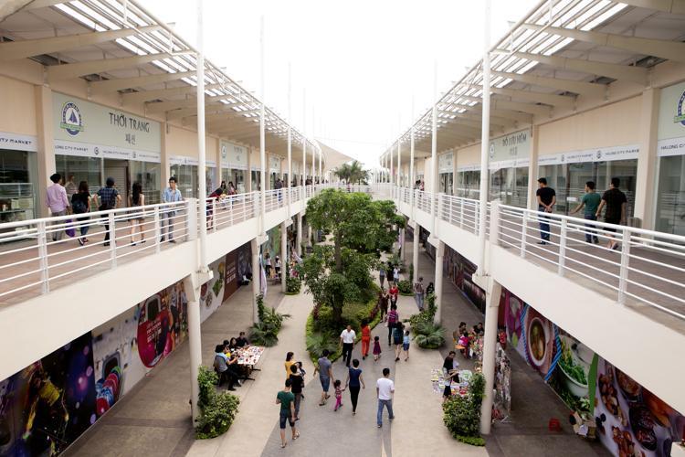 Bai Chay commercial center