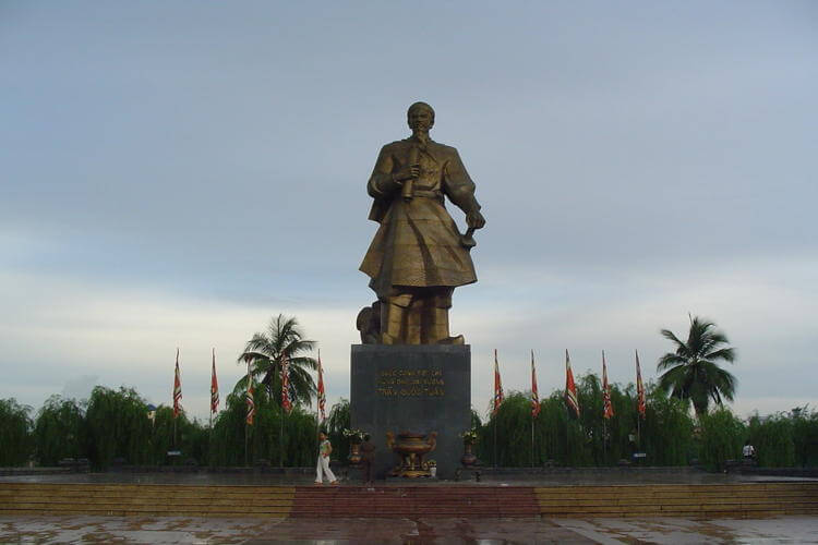 Vietnam tour and visit Tran Hung Dao statue in Vung Tau