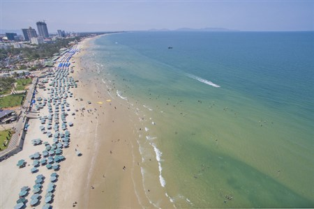 Vung Tau beach surprises tourists