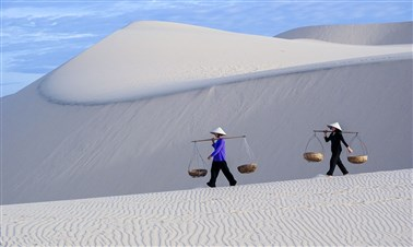 See the sand dunes in Mui Ne
